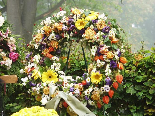 une couronne de fleurs fraiches devant une tombe