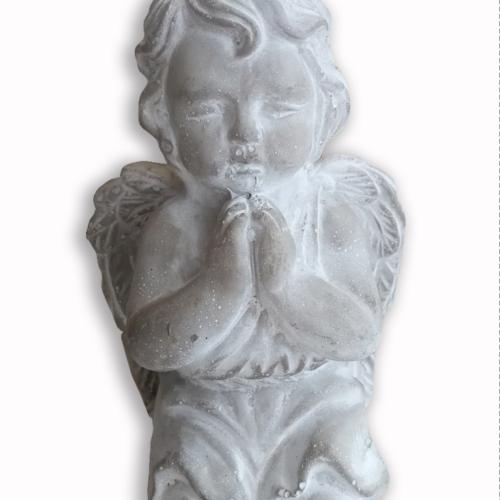 Ange en pierre, a genou qui joint les mains pour faire la prière, produit d'Eternel jardin