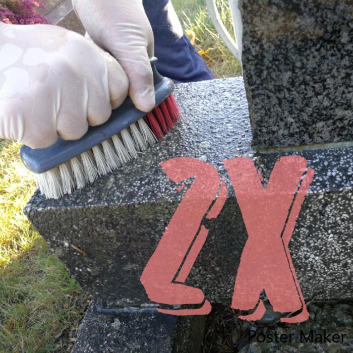 Une main nettoyant la tombe avec une brosse, qui représente la formule 2x nettoyage, proposée par Eternel-jardin.com