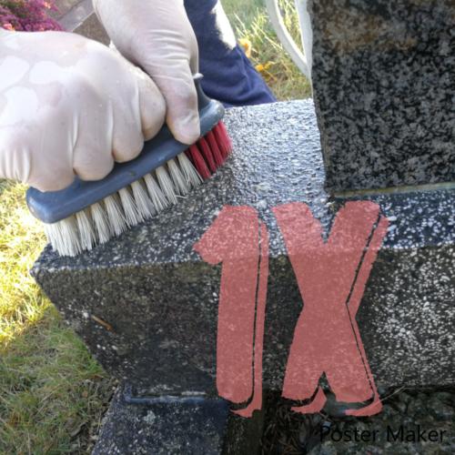 Une main nettoyant la tombe avec une brosse, qui représente la formule 1x nettoyage, proposée par Eternel-jardin.com
