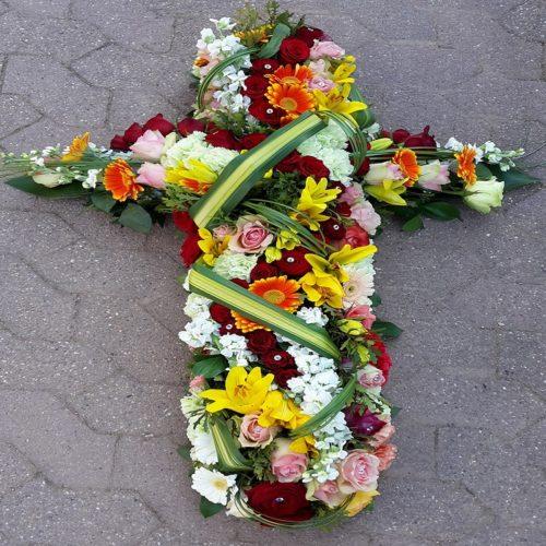 croix mortuaire en fleurs fraîche