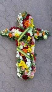 Croix de deuil en fleurs fraîches, pour Eternel Jardin de Hoerdt