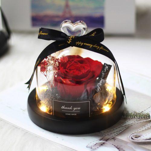 """Bulle de rose """"féerique"""", lumineuse contenant une rose éternelle rouge de 8 cm sous une cloche en verre surmonté d'un cœur. Un cadeau digne d'un conte de fée... Véritable rose éternelle rouge et fleurs séché, sous un dôme lumineux."""