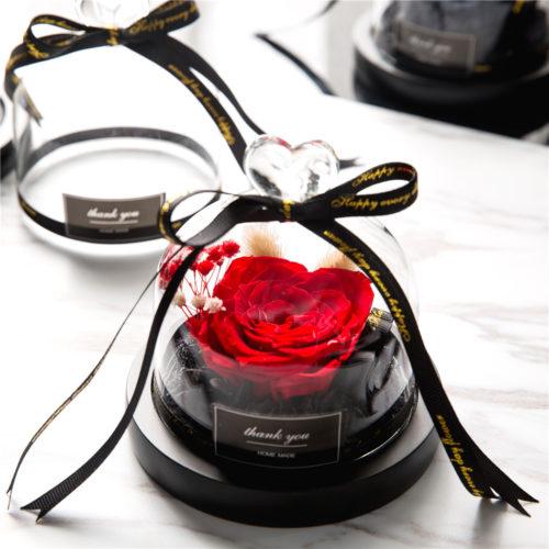 """Bulle de rose """"féerique"""", lumineuse contenant une rose éternelle rouge de 8 cm sous une cloche en verre surmonté d'un cœur."""