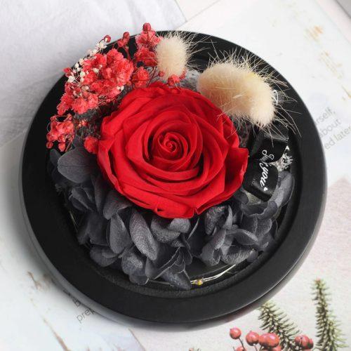 Rose éternelle rouge sans couvercle avec décorations de fleurs séchées de couleur noir, rouge et crème