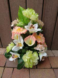 Composition fleurs artificielles dans les tons rose pâle vert & blanc dans un pot lesté