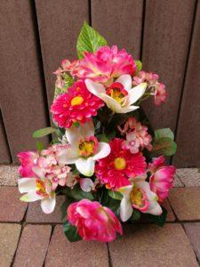 Composition fleurs artificielles dans les tons rose dans un pot lesté