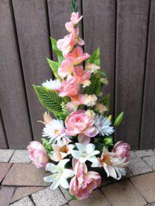Composition fleurs artificielles dans les tons rose pâle & blanc dans un pot lesté