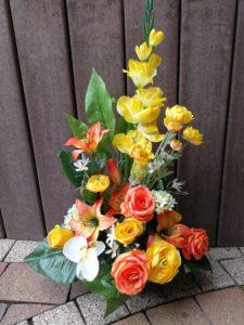 Composition fleurs artificielles dans les tons jaune & orange dans un pot lesté