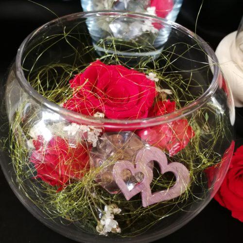 Rose éternelle rouge dans vase boule.