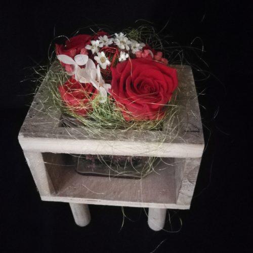 4 Roses éternelles rouge, socle en bois et contenant en verre