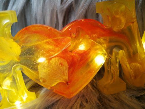 Home en résine, jaune et lumineux, décoration à poser