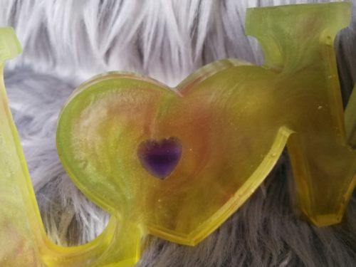 Love jaune en résine, décoration à poser